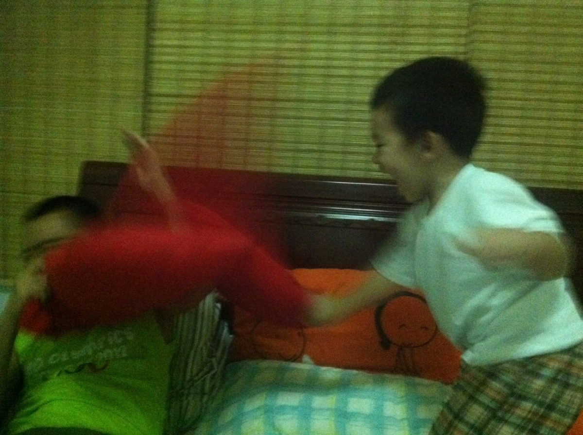 Pillow fight with Daddy.. whew! buti nlgn with Daddy.. :)